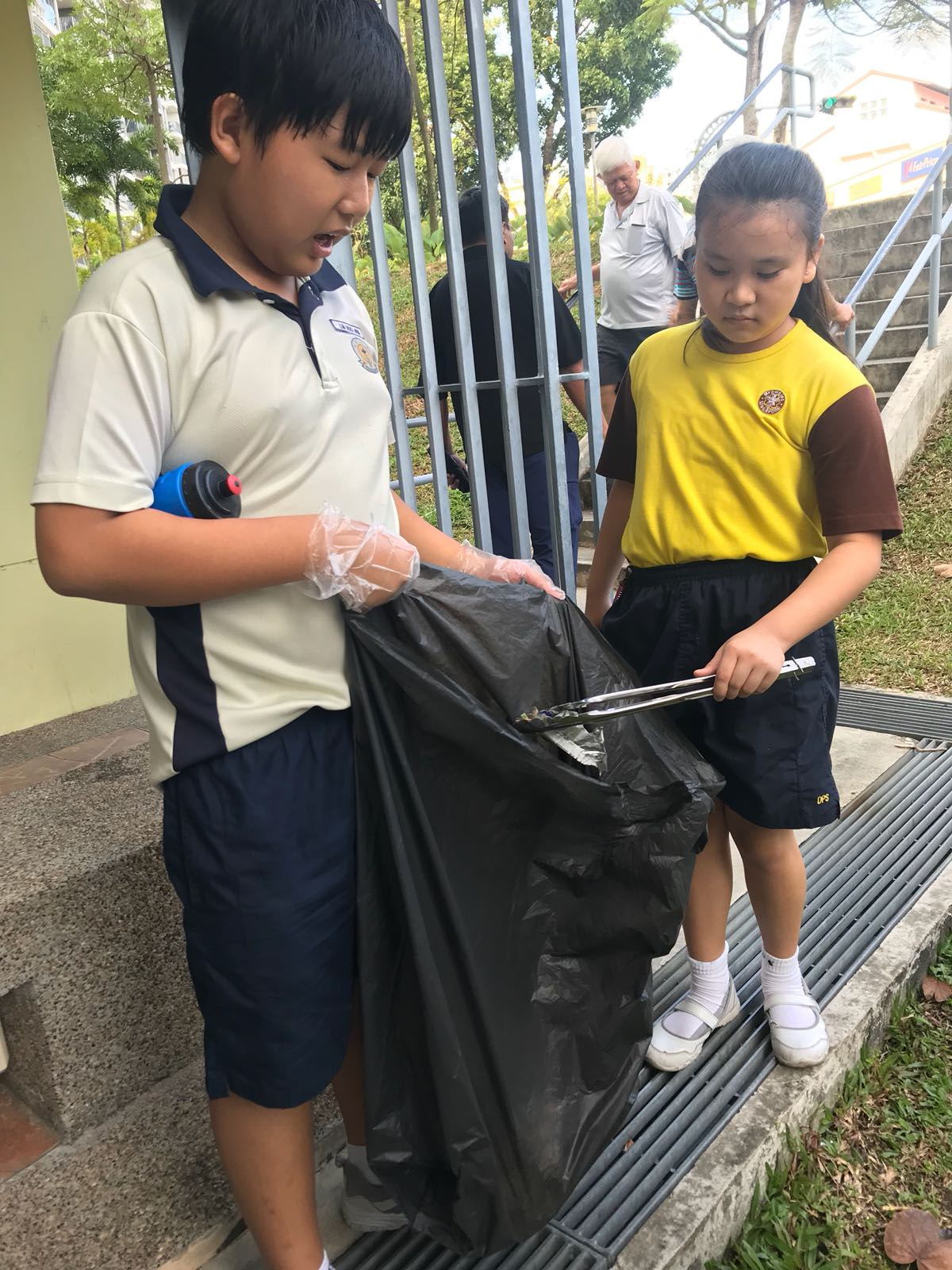 Litter picking with Brownies (2).jpg